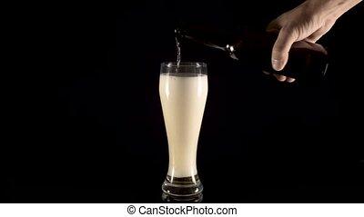 öntés, sör, black háttér, pohár