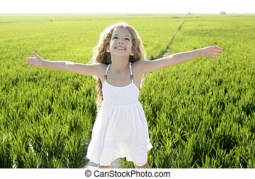 öppen beväpnar, litet, lycklig, flicka, grön äng, fält
