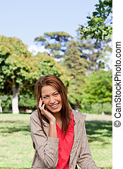 öppna, medan, lycklig, se, grässlätt, le, kamera, kvinna, område, ung