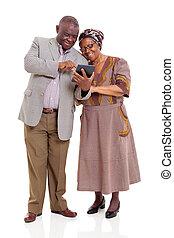 öreg, afrikai, párosít, használ, tabletta, számítógép