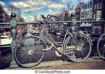 öreg bicikli, képben látható, bridge., amszterdam, cityscape