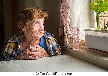 öreg, elhagyott, woman ül, közel, a, ablak, alatt, övé, house.
