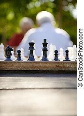 öreg emberek, liget, két, sakkjáték, aktivál, nyugdíjas, barátok, játék