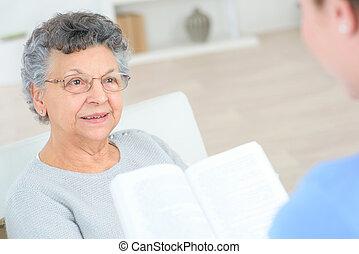 öreg, felolvasás, hölgy