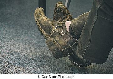 öreg, koszos, cipők, képben látható, a, combok, közül, ülés, ember