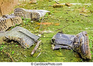 öreg, koszos, cipők, közé, fű, és, sár