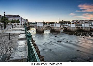 öreg, portugál, város, közül, tavira., folyó, kilátás, -ban, a, római, bridge.