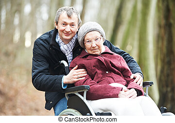 öreg, senior woman, alatt, tolószék, noha, gondos, fiú