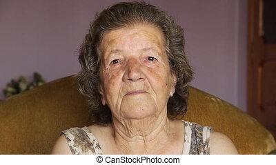 öregasszony, bent, nyugdíjas, nevető