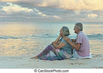 öregedő összekapcsol, ülés, képben látható, a, tengerpart