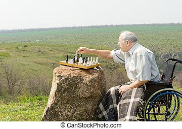 öregedő bábu, alatt, egy, tolószék, játék sakkjáték