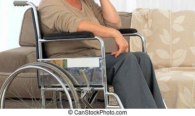 öregedő, gondolkodó woman, tolószék