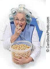 öregedő, hölgy, étkezési, pattogatott kukorica