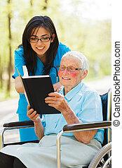 öregedő, hölgy, alatt, tolószék, felolvasás