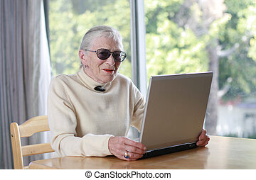 öregedő, hölgy, noha, laptop., sekély, dof.