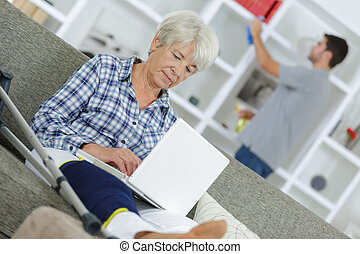 öregedő, hölgy, otthon, noha, láb, alatt, sínbe tesz