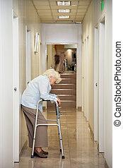 öregedő woman, álló, alatt, folyosó
