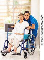 öregedő woman, és, fiatal, caregiver