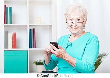 öregedő woman, és, smartphone