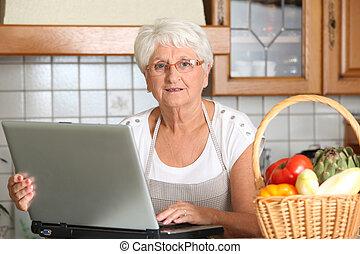 öregedő woman, alatt, konyha, noha, laptop computer