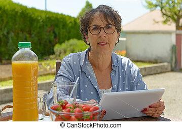 öregedő woman, alkalmaz, tabletta, ., ülés, a kertben