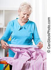 öregedő woman, előkészítő, ing, fordíts, vasalás