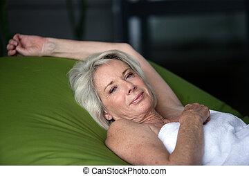 öregedő woman, elterül in ágy