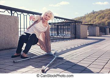 öregedő woman, fárasztó, to ért, feláll, után, elesik