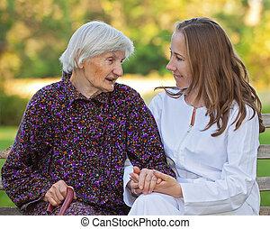 öregedő woman, noha, a, young orvos