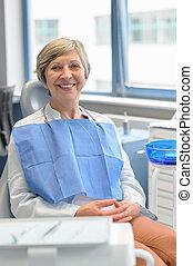 öregedő woman, türelmes, -ban, fogászati operáció, kivizsgálás
