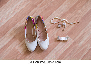 örhängen, armband, skor, bröllop