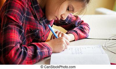 összpontosított, feladat, copybook, írás írás, closeup, portré, leány