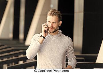 összpontosított, városi, szakáll, beszélgetés, mobile kommunikáció, concept., me., arc, háttér., hívás, beszél, jár, felelet, súlyos, pasas, ember, smartphone, smartphone., hallgat