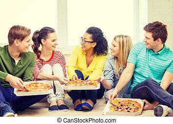 öt, mosolygós, tizenéves, eszik pizza, otthon