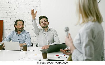 övé, közben, kéz, mikrofon, előtér., bábu van, emelt, összpontosít, presentation., kihallgat, beszélő, kérdez, hím, colleagues, nő, hiány, fiatal, vonz, businessmen, figyelem