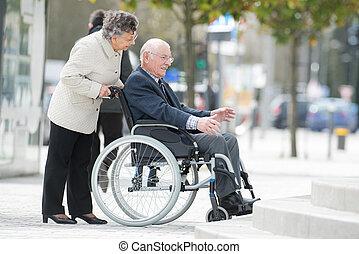 övé, neki, tolószék, rámenős, idősebb ember, hölgy, férj