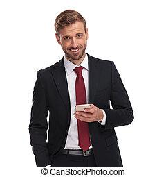 överföring, elegant, affärsman, stående, email, lycklig