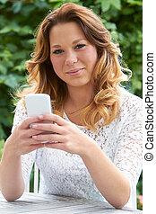 överföring, tonårig, trädgård, textmeddelande, flicka