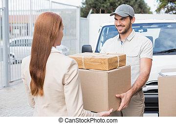 övergående, chaufför, kund, leverans, paket, lycklig