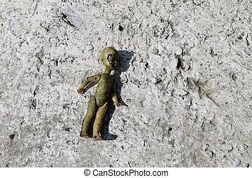 övergiven, gammal, bruten, docka, på, grå, betong golvbeläggning