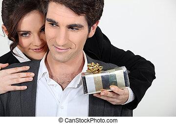 överraskning, kvinna, erbjudande, gåva, man