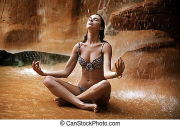övning, ung, vattenfall, under, kvinna, yoga