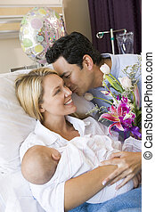 új anya, noha, csecsemő, és, férj, alatt, kórház, mosolygós