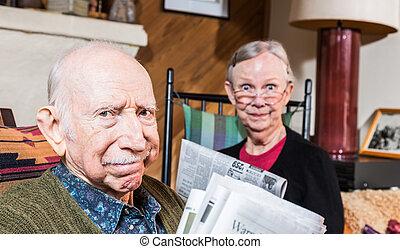 újság, férj, öregedő, feleség