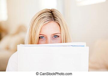 Újság, nő, fiatal, felolvasás