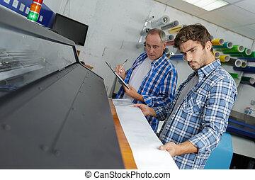 újság, termelés beperel, nyomtatás
