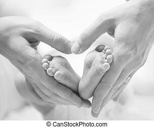 újszülött, alakú, csecsemő, apró, lábak, closeup, női kezezés, szív