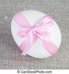 único, branca, ovo páscoa, com, fita cor-de-rosa