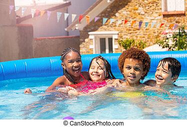 úszás, pocsolya, boldog, átkarolás, 4 lány, fiú, ül, mosoly