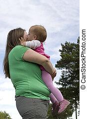 übergewichtige , wenig, lieb, küssende , m�dchen, kleinkind, mother.